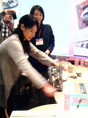 鄭さん缶詰作り体験