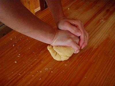 小麦粉こねてカタマリに~