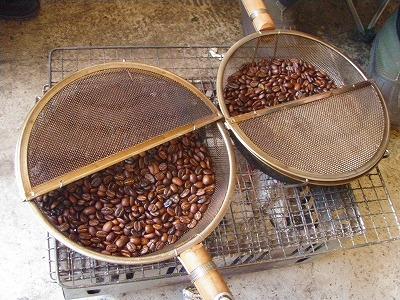 銀杏炒り網にコーヒー豆