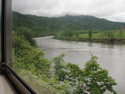 車窓からの天塩川6月