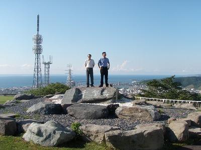 千望台岩の上に2人