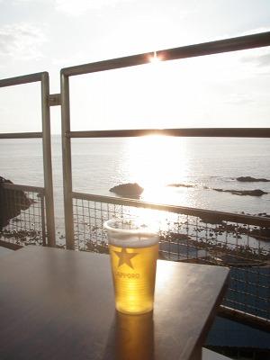 海のふるさと館テラスでビール