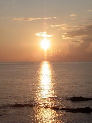 るもい海のふるさと館テラスからの夕陽タテ
