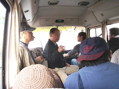 梅津委員長バス中での説明
