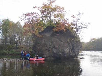 ゴムボートで温泉の化石
