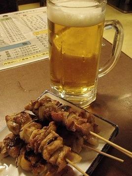「たつみ」のビールにモツ串