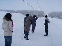 雪道で田畑説明
