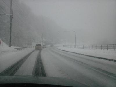 4月なのに雪道!