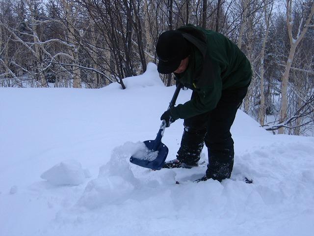 美瑛雪のベンチ作り.JPG