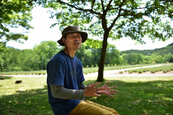 森の中で語る加藤さん
