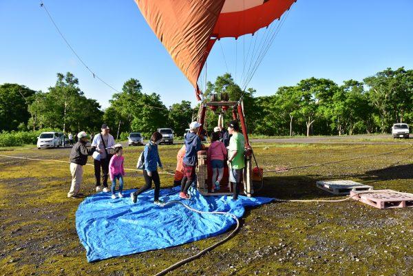 熱気球フライトに乗り込む参加者