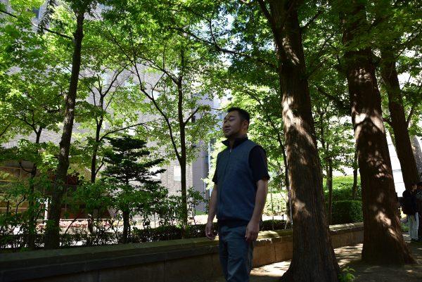 森の中を歩く宮川さん