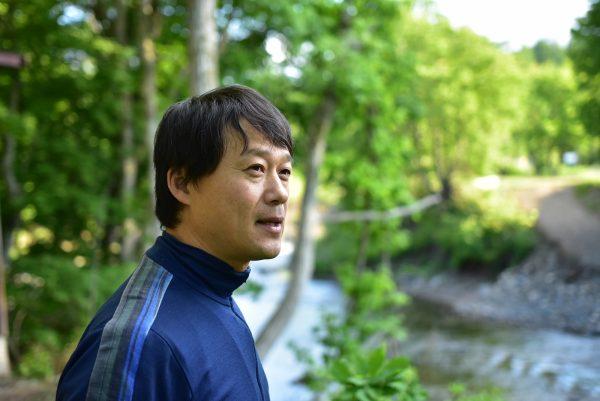 川を見つめる福田さん