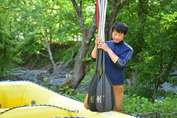 ラフティングボートを片付ける福田さん